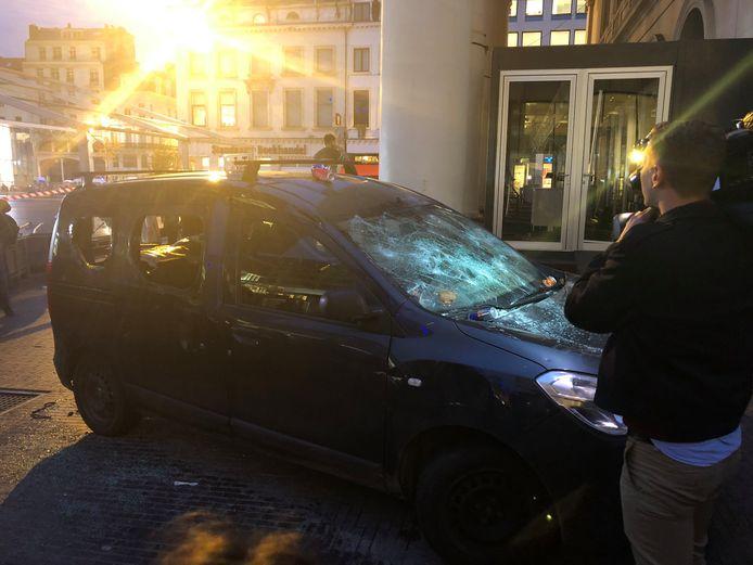 Een beschadigde wagen op het Muntplein.