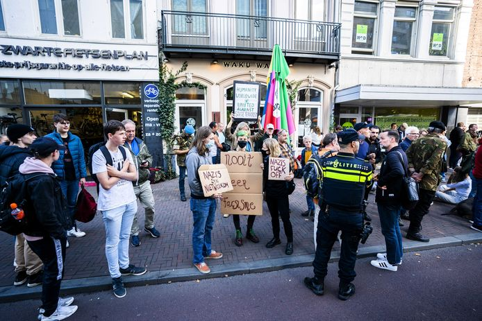 Demonstranten voor de deur bij Waku Waku in Utrecht.