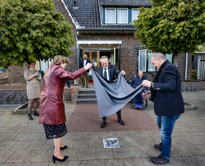 Veteranen in Deurne onthulden woensdag een gedenktegel bij het Hofke van Marijke. Van links naar rechts: Burgemeester Greet Buter (rode jas), oud-inspecteur en generaal van de Krijgsmacht Hans van Griensven, Jelle van der Steen (in rolstoel) en Henk Frerichs.