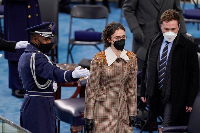 In het midden: Ella Emhoff, de plusdochter van Kamal Harris, in een look van Miu Miu tijdens de inauguratie van de Amerikaanse president Joe Biden.