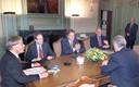 Informateur Tjeenk Willink spreekt in 1999 in de Eerste Kamer met de fractievoorzitters Melkert (PvdA), De Graaf (D66), Dijkstal (VVD) en premier Kok.