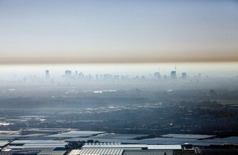 Gezicht op Rotterdam met smog in de lucht. Deze foto is van 15 november 2018. In dit geval blijft de warme lucht onder een koude bovenliggende laag hangen. Beeld Hollandse Hoogte / Gerhard van Roon luchtfotografie