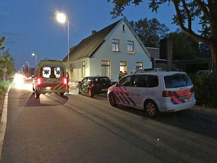 Een man is in zijn woning aan de Beatrixstraat in Beneden-Leeuwen mishandeld. Hij is naar het ziekenhuis gebracht.