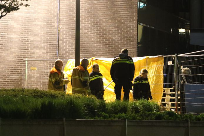 Agenten en brandweerlieden ter plaats op het bouwterrein.