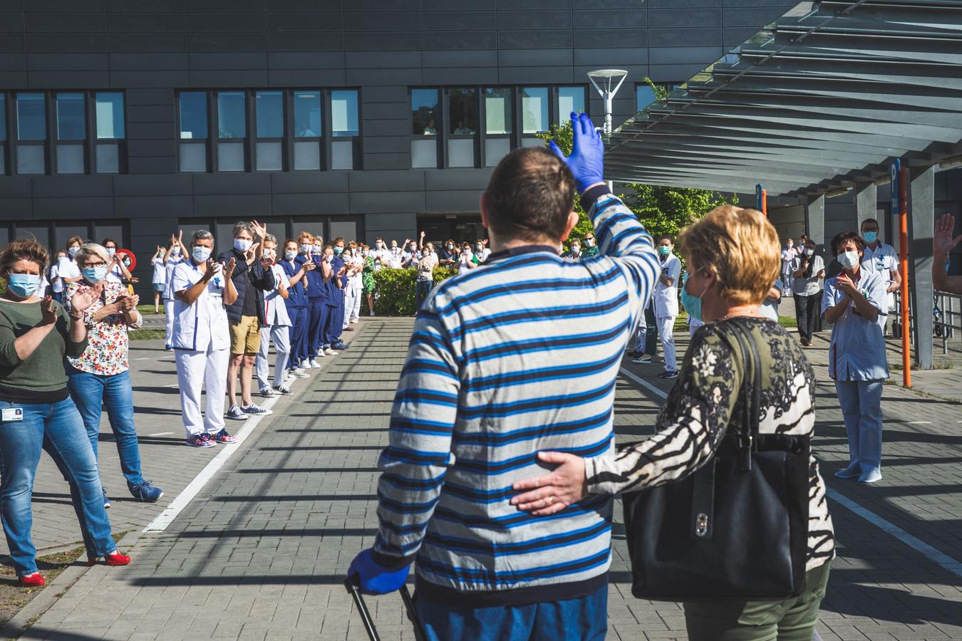 eerste patient verlaat het Jan Palfijn ziekenhuis in Gent
