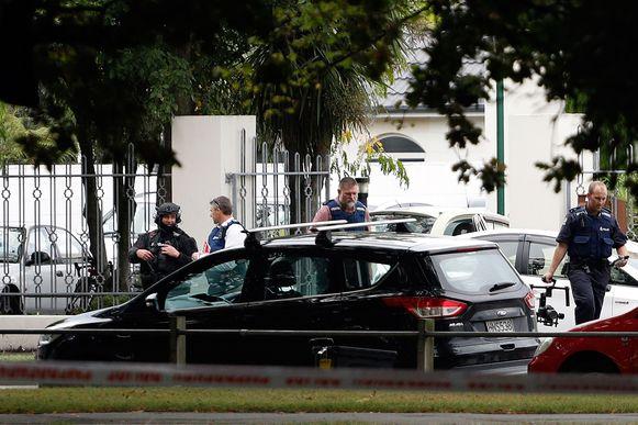 Politieagenten voor de Masjid al Noor-moskee in Christchurch, één van de twee moskeeën die de dader aanviel.