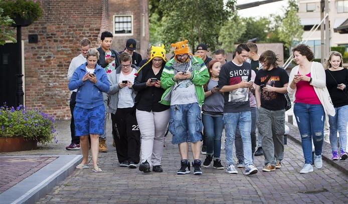 Een groep spelers op zoek naar Pokémon figuurtjes. Foto: ANP