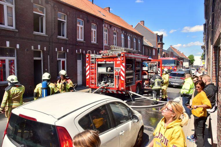 Nogal wat buurtbewoners kwamen buiten om de interventie van de brandweer te volgen in de Camiel Ameyestraat in Izegem.