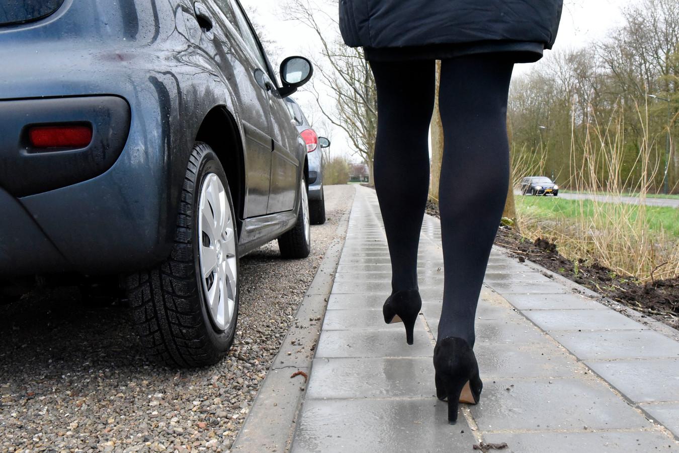 """Het kerkbestuur van de gereformeerde gemeente Woerden is dolblij met het aangelegde voetpad langs de parallelweg van de Oudelandseweg. ,,Hierdoor is de kerk beter bereikbaar voor bezoekers op hun nette schoenen."""""""