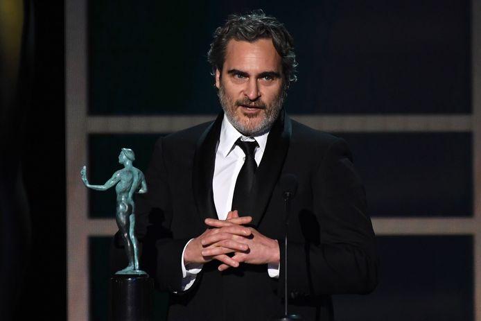 Joaquin Phoenix accepteert de prijs voor Beste Acteur.
