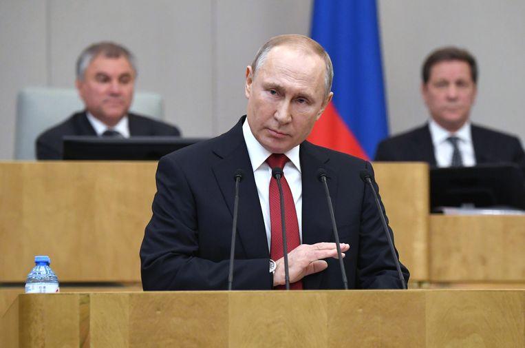 Poetin op 10 maart 2020 in de Doema, het Russische lagerhuis, waar hij instemde met het plan dat het voor hem mogelijk maakt om tot 2036 aan te blijven als president.  Beeld EPA