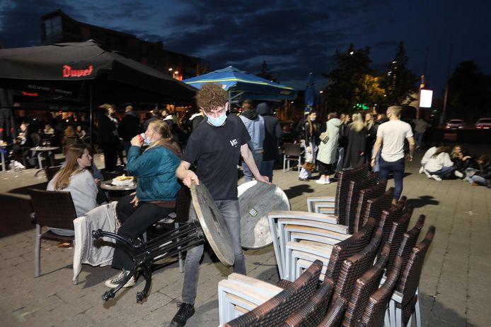 De café-uitbaters op het Hasseltse Kolonel Dusartplein ruimden tijdig de terrassen op, maar toch probeerden de terrasgangers te blijven plakken.