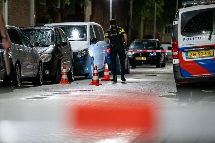 Agenten vonden een groot aantal kogelhulzen op straat.