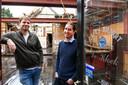 Guido Mols en Frans van Gurp poseren in de Kloek zonder dak.