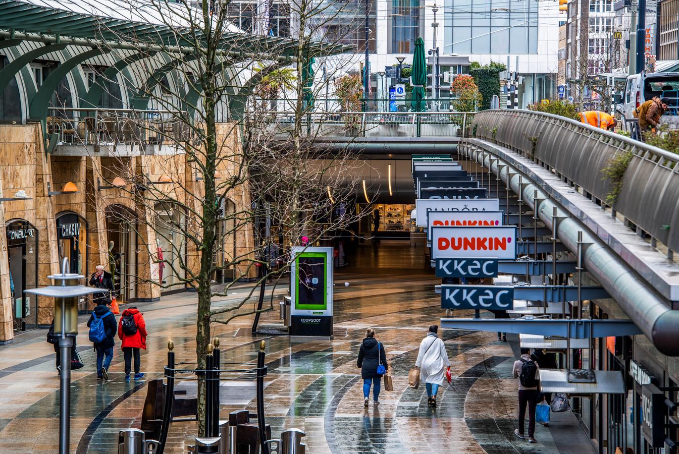 Rotterdam tijdens de coronacrisis. Het is stiller in winkelgebieden. Ook de Koopgoot moet eraan geloven.