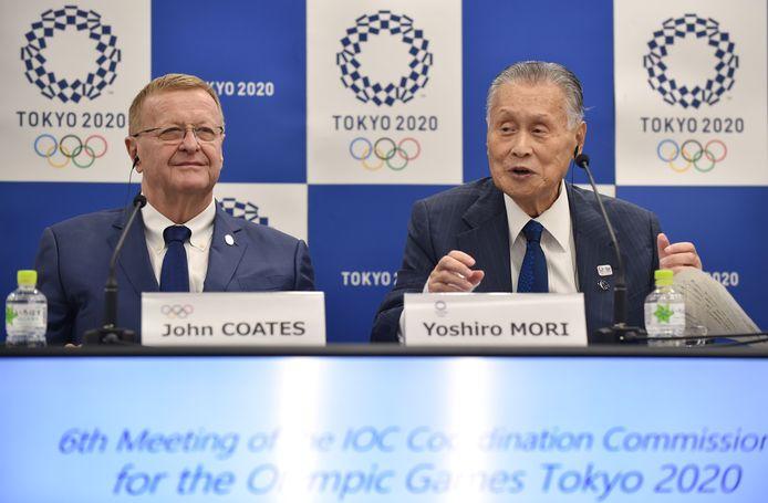 John Coates (links) is ervan overtuigd dat de Olympische Spelen volgend jaar alsnog doorgaan.