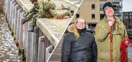 Bram vist een mortiergranaat uit de gracht in Zwolle; vriendin Bianca vraagt passanten dekking te zoeken