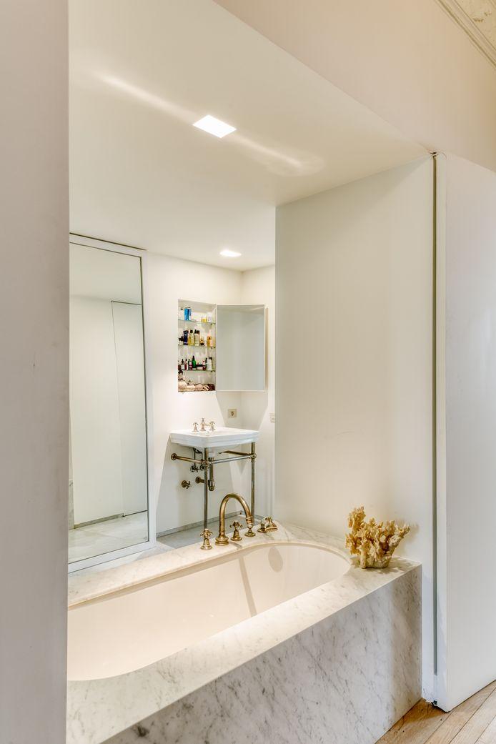 Voor de nieuwe badkamer greep Vincent Van Duysen terug naar marmer, een materiaal dat al in het huis aanwezig was.
