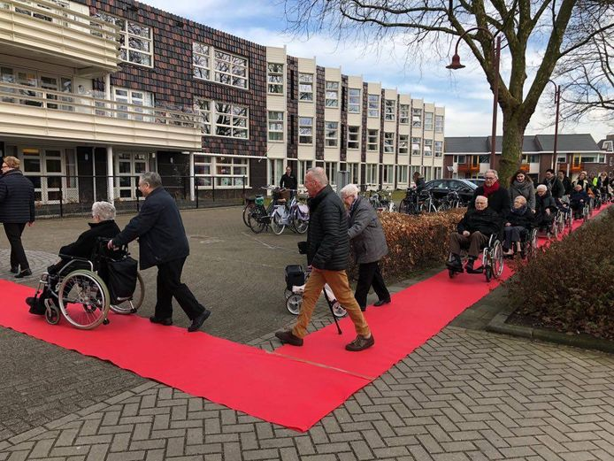 VVD Drimmelen rolde in 2018 bijna een kilometer aan rode loper uit om aandacht te vragen voor veilige wandelroutes in de gemeente.