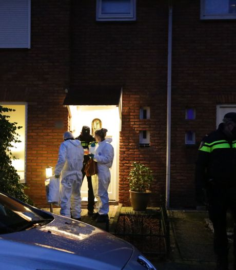Politie doorzoekt woning in Almelo na dood van 14-jarig meisje