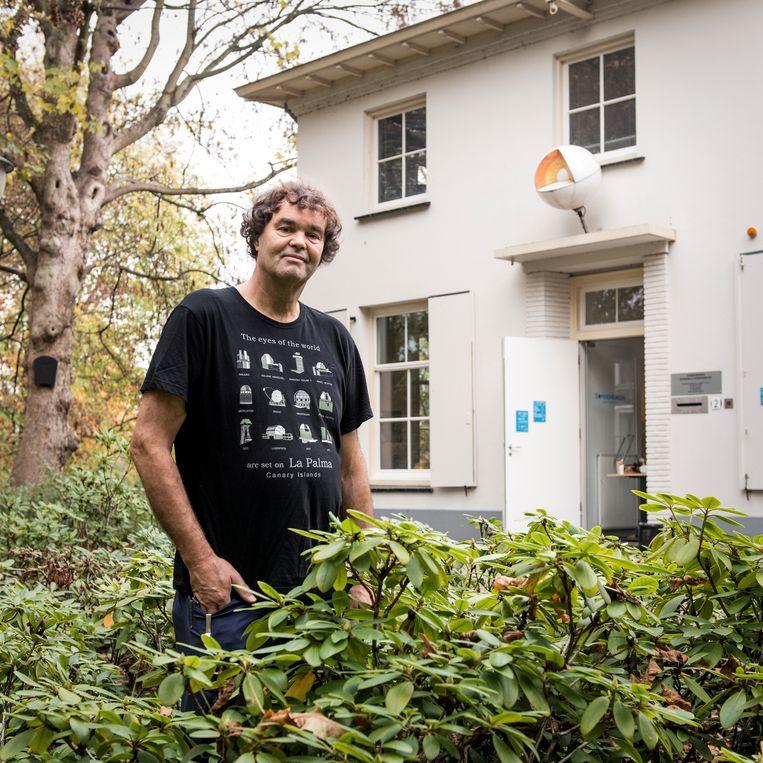 Geert Kuitenbrouwer voor de gesloten sterrenwacht Sonnenborgh. Beeld Eva Faché
