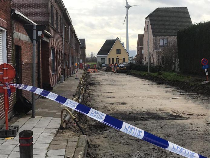 Op het kruispunt van de Vredestraat en Riemewegel werd de bom ontdekt.