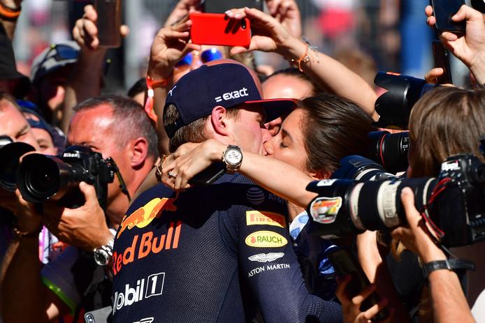 Max Verstappen kust zijn Duitse vriendin Dilara Sanlik.