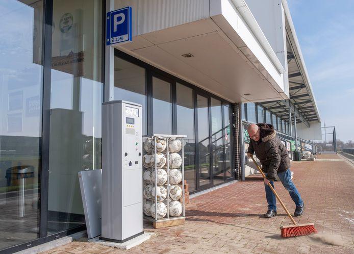 De parkeermeter bij de Zoutelande voetbalclub De Meeuwen bevalt goed.  Bezoekers kunnen vier uur gratis parkeren.