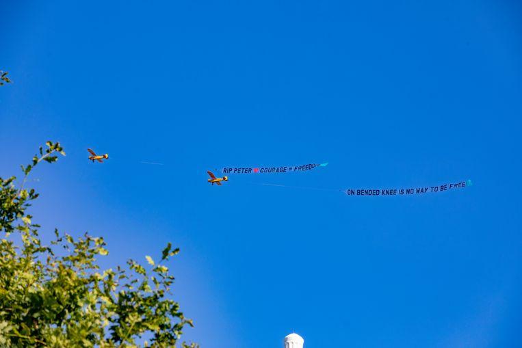 Vrijdagmiddag vlogen twee vliegtuigjes boven Amsterdam met daarachter een afscheidsgroet.  Beeld Hollandse Hoogte / Novum RegioFoto