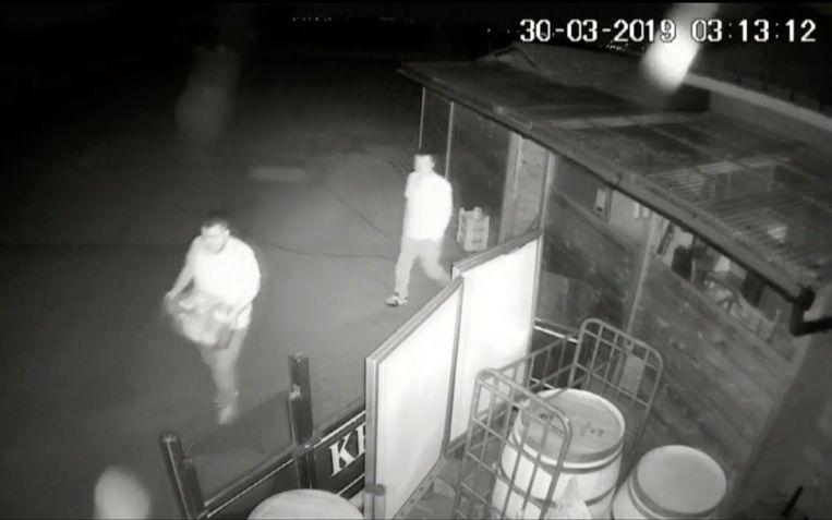 Na de eerste actie stapt een man weg met een bak vol eten, de andere wandelt nonchalant weg met zijn handen in zijn zakken.