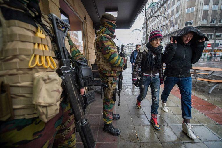 Dat het terreurniveau zakt betekent niet dat alle militairen meteen van straat verdwijnen.