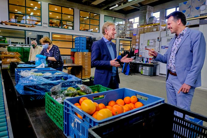 Voorzitter Leo Wijnbelt (links) van Voedselbank Nederland in gesprek met Matthijs van Muijen van de Dordtse vestiging in de voedselhal aan de Provincialeweg.