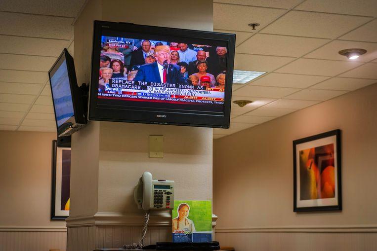 De tv in de kantine van een ziekenhuis in Tennessee toont een president die de hele Amerikaanse gezondheidszorg dooreen wil schudden. Beeld Clement, Rene
