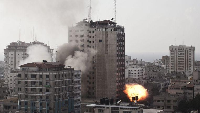 Brand in een kantoor van Hamas TV, na de inslag van een Israëlische bom, gisteren in Gaza-stad Beeld EPA