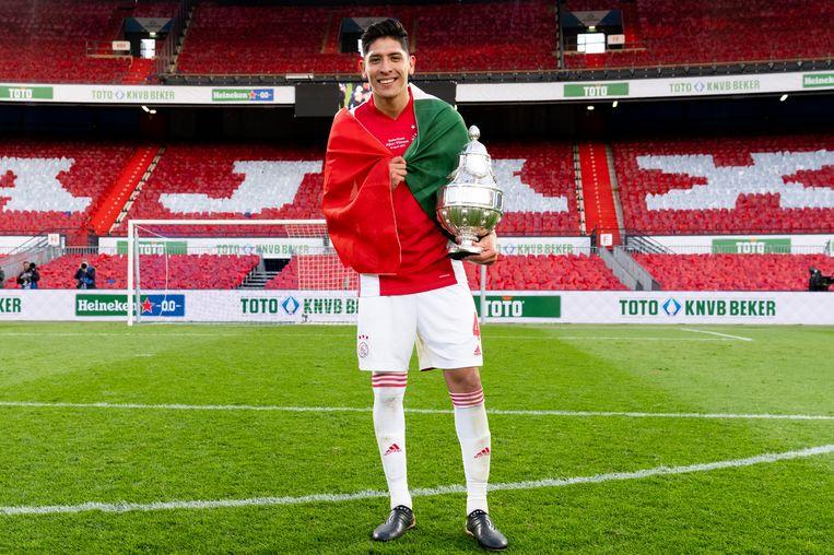 Edson Álvarez met de KNVB-beker. Beeld Pro Shots / Jasper Ruhe