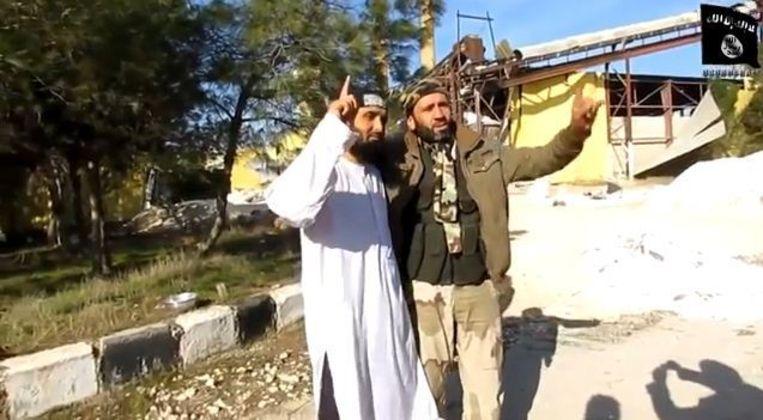 De man neemt afscheid van zijn medestrijders, slaat een arm om zich heen en laat zich samen met hen fotograferen. Beeld screenshot