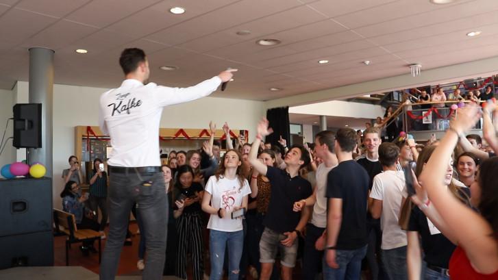 Zanger Kafke steelt de show op laatste lesdag in Druten