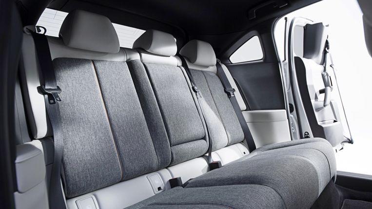 De verkeerdomdeuren achter (suicide doors, net als in een Rolls-Royce en oké, ook een BMW i3, en ja, ook de Mazda RX-8) maken instappen achterin iets makkelijker. (Maar rij nooit een kanaal in als je passagiers op de achterbank hebt, want die kunnen de deuren niet openen als de voorportieren gesloten zijn, en het achterraam kan evenmin open.)   Beeld