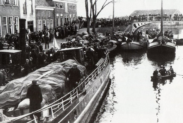 Aankomst van Arnhemse vluchtelingen op de boten in het Kleindiep, een haven in Dokkum.