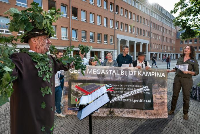 Protest tegen de bouw van een megastal in Spoordonk, dinsdagochtend voor de rechtbank in Den Bosch.