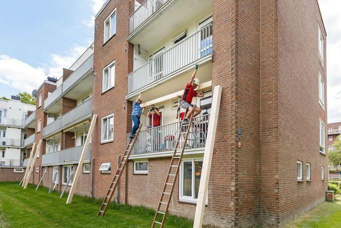 Bouwvakkers van Nijhuis zijn dinsdag begonnen met het aanbrengen van extra ondersteuning bij 180 mogelijk onveilige balkons aan de Pieter Steynstraat in Zwolle.