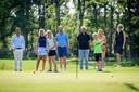 De twee nieuwe jeugdleden van de golfclub die door 't Sybrook gezamenlijk als 1000ste lid worden omarmd. Zus en broertje Isabel en Florian Smit. In de achtergrond Marc Brorens (witte broek, general manager Sybrook), Dionne en Aart-jan Smit (Rok en blauwe polo, ouders), Henk van der Sijs (donker blauwe polo, voorzitter), Liesbeth Winkelman (krukken, ledenadministratie) en Nicol Kraaijenzank (blauwe jurk, secretaris)