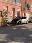 De wagen brandde volledig uit in de Filips van Cleeflaan