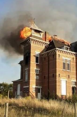 """Jongeren stoken vuurtje in leegstaande villa uit verveling... en dat kan hen 600.000 euro kosten: """"Een kwajongensstreek"""""""