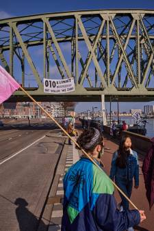 Demonstranten Extinction Rebellion voeren actie op De Hef