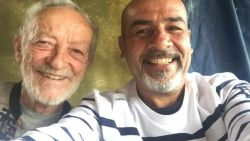 Na 29 jaar op verlaten prachteiland krijgt Mauro (79) smartphone. Nu deelt hij adembenemende foto's