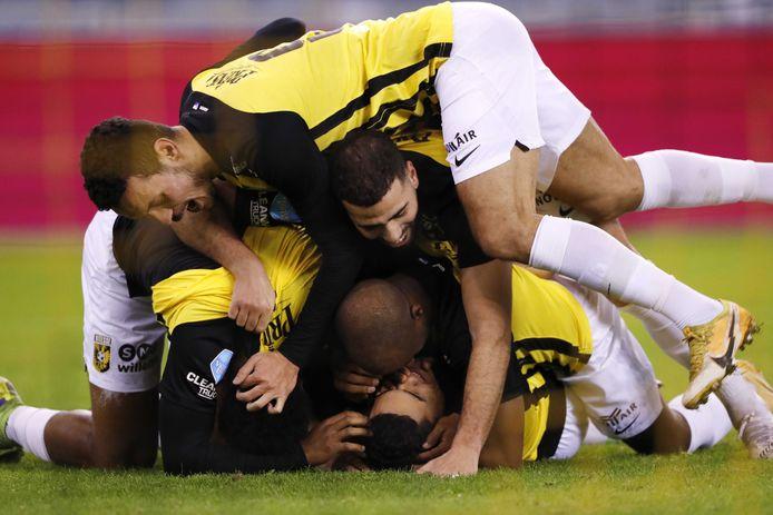 Vitesse jubelt na de 1-0 van Danilho Doekhi tegen FC Utrecht.