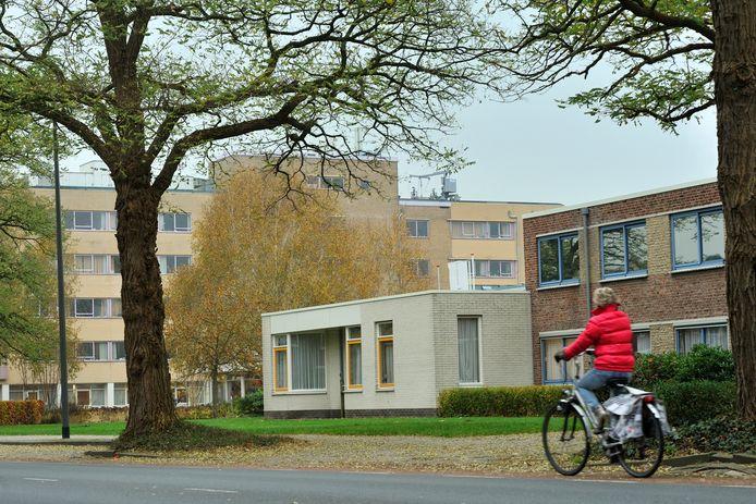 Verpleeghuis Gelders Hof aan de Harderwijkerweg in Dieren. Het grote gebouw op de achtergrond wordt ingericht als centrum voor preventie, revalidatie en kortdurend verblijf.