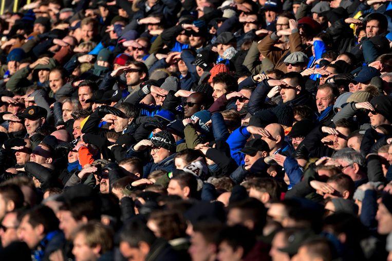 Duizenden supporters van Club Brugge moedigen hun elftal aan tegen AA Gent. Beeld Photo News