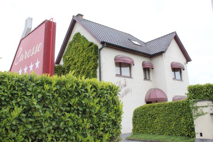 Club Caresse langs de N9 in Lovendegem. Wat daar achter de muren gebeurt, prikkelt al 30 jaar de fantasie.